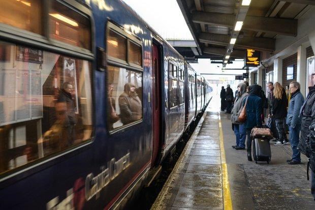"""Під Миколаєвом спалахнув пасажирський потяг, люди опинилися в """"газовій камері"""": відео паніки"""