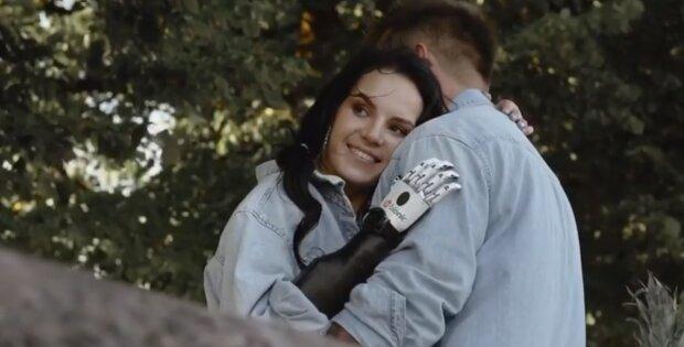 ″У тебе крутий протез″: дівчина,  якій чоловік відрубав руки, розповіла про нового коханого