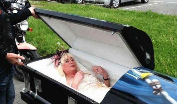Наречена приїхала на весілля в труні (фото)