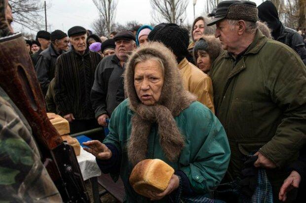 Пенсіонерка з хлібом, фото з вільних джерел