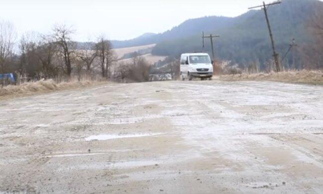 """Під Тернополем комунальники оскандалилися ганебним ремонтом дороги - асфальт зняли, а залатати """"забули"""""""