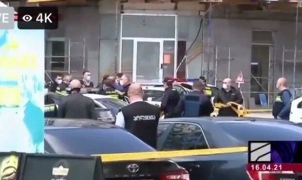Озброєний чоловік взяв заручника в банку, будівлю оточили: кадри з місця НП