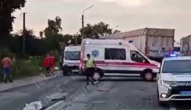 """Під Києвом легковик зніс з дороги вантажівку та переповнений автобус — """"Дитину забрали зі скалками в очах..."""""""