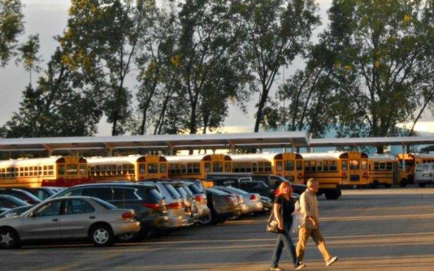 Вместо домашки: учительница совратила школьника прямо на парковке, фото
