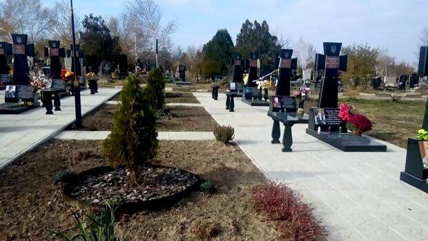 Переполох на кладбище: в Днепре с могил погибших героев унесли самое ценное
