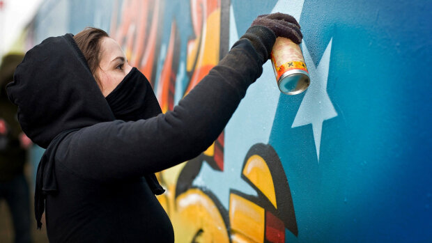 Портрет интернет-звезды украсил стену дома под Одессой: яркие фото дружелюбной морды