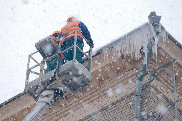 В центре Киева огромная глыба льда проломила крышу легковушки: другая часть может упасть в любой момент