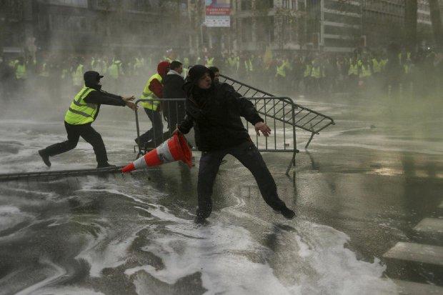 """""""Жовті жилети"""" напали на копів: зброя не зупинила розлючених протестувальників, моторошні кадри приголомшили світ"""