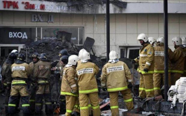 Гігантські язики полум'я: моторошна пожежа в російському ТЦ потрапила на відео
