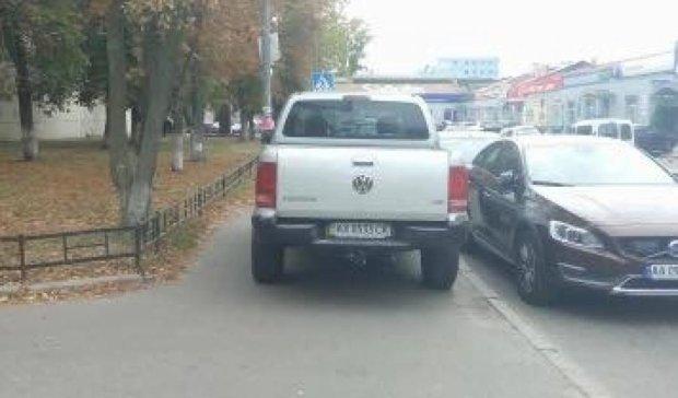 Бессовестный водитель выперся на тротуар в Киеве