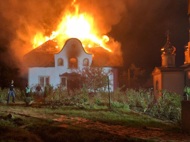 Закарпатcькі вогнеборці врятували монахів під час пожежі, фото zk.dsns.gov.ua