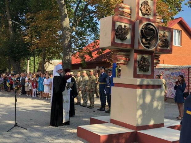 Ангелы в белых халатах: в Виннице погибших на Донбассе медиков увековечили в граните