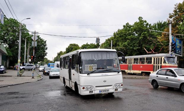 Під Дніпром переповнена маршрутка ледь не перетворилася на суп з пасажирів: у салон хлинув окріп