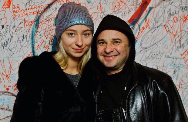 Виктор Павлик бросил беременную жену ради длинноногой красотки: еще и на гитаре ей сыграл