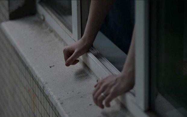 Загадковий випадок в Пітері: жінка з дитиною випала з вікна багатоповерхівки
