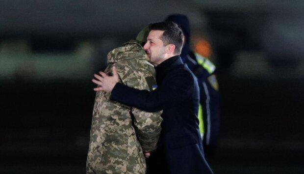 """Главное за ночь: возвращение героев Украины, """"мир"""" между Газпромом и Нафтогазом и драконовские штрафы на дорогах"""
