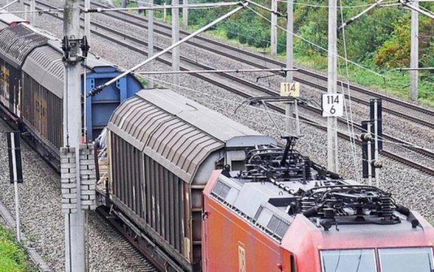 Удар струмом на даху потяга: дізнайтеся, як допомогти дівчинці