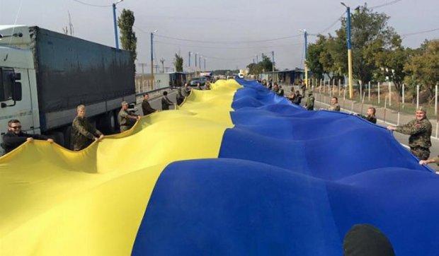 Біля кордону з Кримом активісти розгорнули величезний прапор України (фото, відео)
