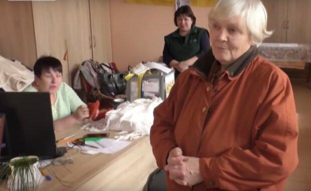 Черкасские пенсионерки изготавливают маски, скриншот: YouTube