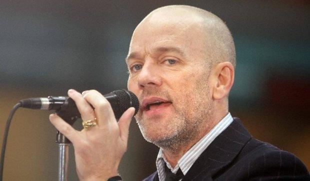 Вокалист R.E.M. показал свою версию великого хита Боуи (видео)