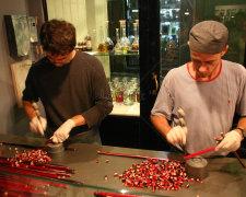 мужчины с конфетами
