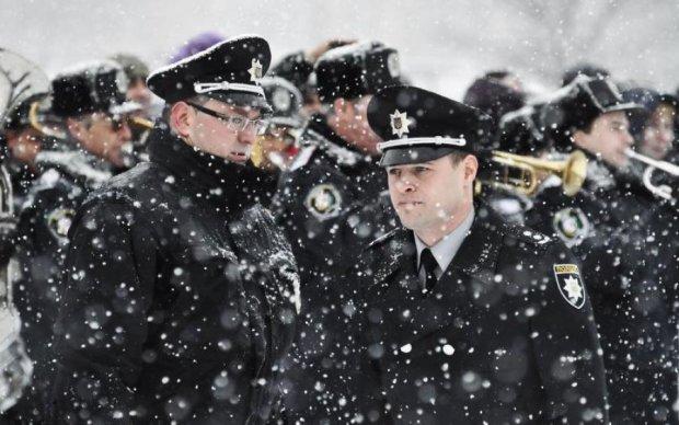 На радость Гитлеру: украинский коп перепутал униформу