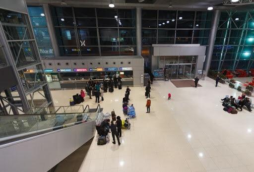 """В аэропорту Запорожья """"синяя"""" туристка разбила пограничнице голову из-за чемодана"""