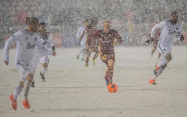 Форвард бросил снежком в соперника после того, как потерял мяч