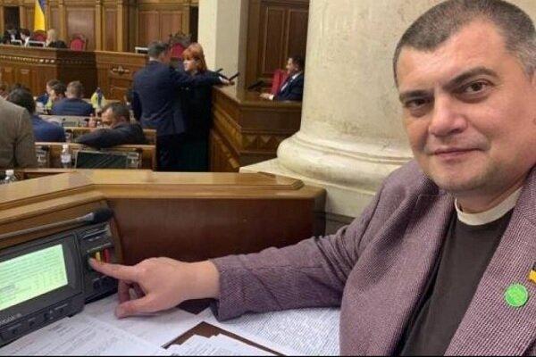 """Под стенами Рады толпа напала на слугу народа """"Юзика"""": """"Обманщик, позор"""", видео"""