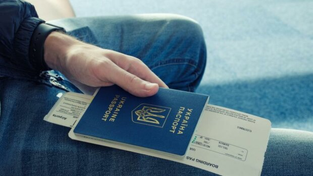 Дикі черги: харків'яни масово кинулися оформляти закордонні паспорти, - куди їдуть українці