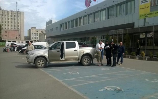 """Дорого заплатят: в сети сделали популярными очередных """"имбицилов парковки"""""""