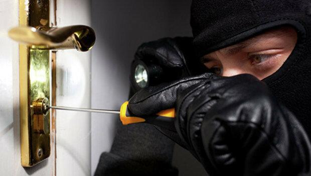 Франківчан тероризують знахабнілі квартирні злодії, залишають голі стіни: як убезпечити своє житло