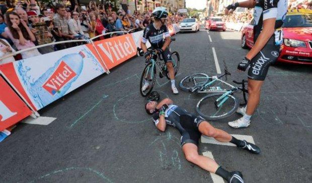 На велогонке Тур де Франс произошла одна из крупнейших аварий в истории (видео)