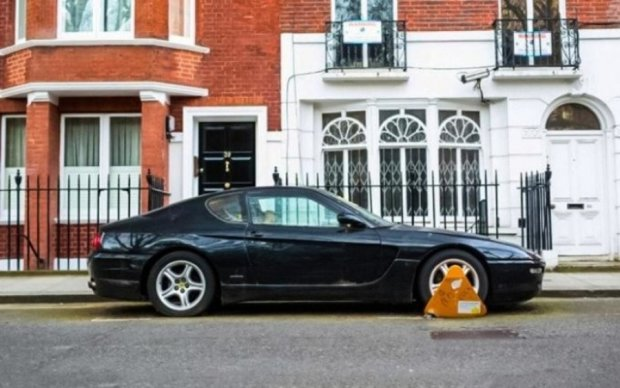 Шикарный Ferrari 456 обрастает мохом в центре Лондона