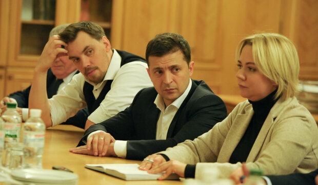 """Гончарук и Зеленский встретились с семьями погибших на Донбассе: """"Неотложно..."""""""