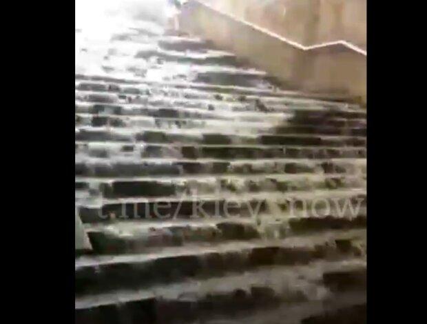В Киеве потоп, подземные переходы стали подводными - очень мокрые кадры