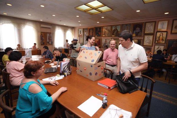 Свежая социология: Оппозиционный блок уже проходит в Раду