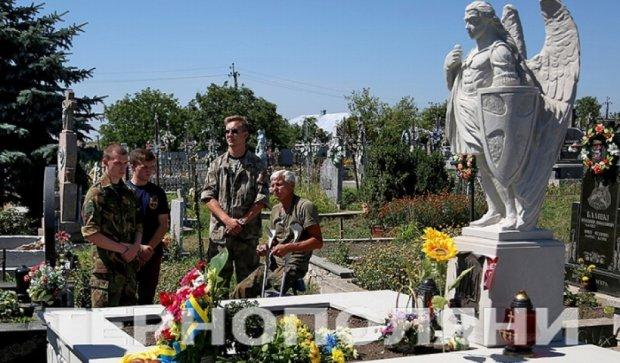 На могиле воина АТО установили архангела (фото)