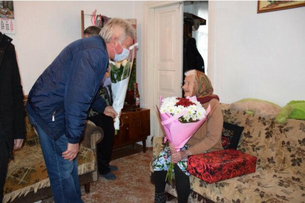 """100-річна хмельничанка пережила Гітлера й Сталіна і всміхнулася гостям: """"Українки - найсильніші"""""""