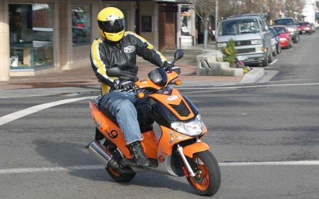 Увлеченный смартфоном водитель скутера провалился под землю: видео