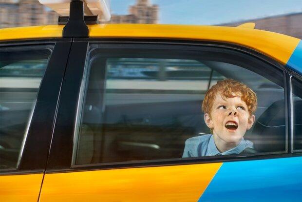 Ребенок в такси, фото - Timothy Fedenko