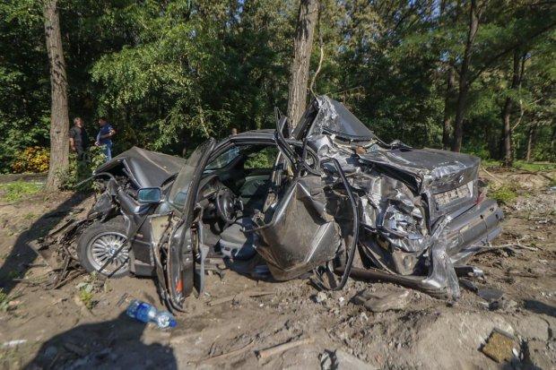 В Киеве фура протаранила BMW и Volvo: смяла в консервную банку, кадры кошмара