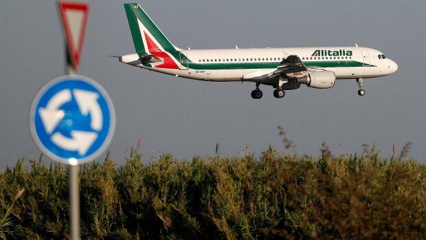Люди опинилися в пастці аеропорту, понад 300 рейсів скасовано: подробиці