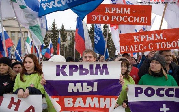 """Активісти передали """"вітання"""" кримським ватникам: фото"""
