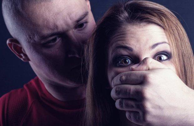 Тройное нападение: психически нездоровый мужчина чуть не убил беременную средь бела дня