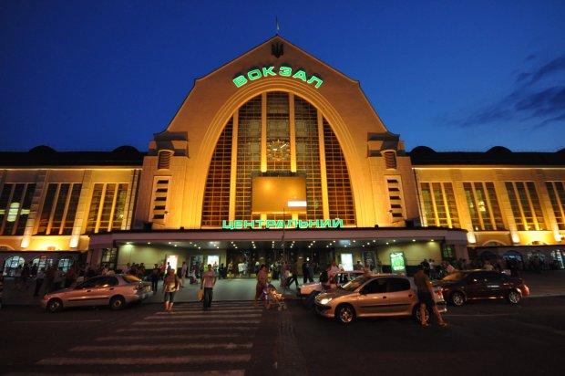 Цигани окупували центральний залізничний вокзал Києва: пасажирам страшно