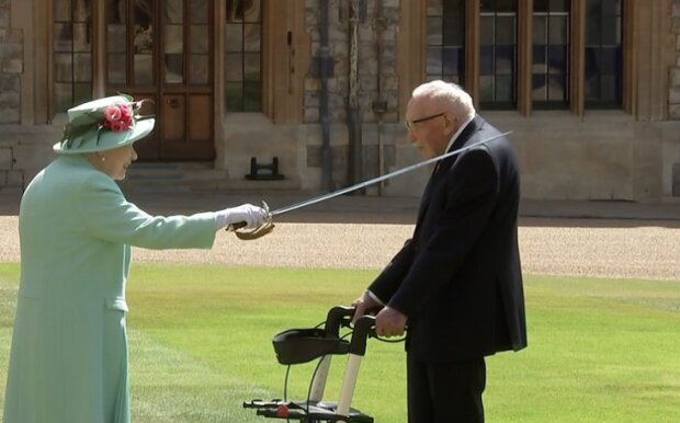 Королева Елизавета II посвящает в рыцари ветерана Томаса Мура, скриншот из видео