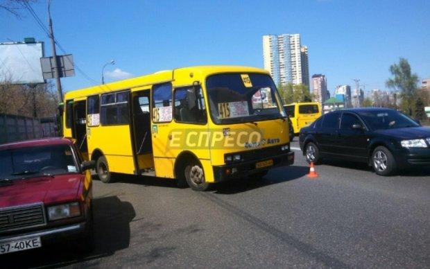 Одразу дві маршрутки зіткнулися у Києві: постраждала дівчина