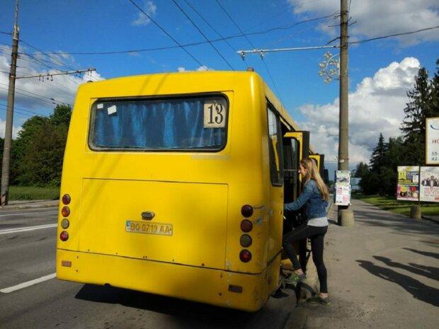 """В Одессе вспыхнула маршрутка, люди выпрыгивали на ходу: скандальные кадры """"крематория"""" на колесах"""