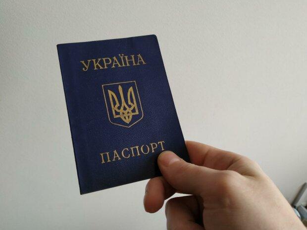 """Український паспорт, фото """"Знай.ua"""""""